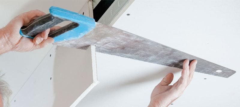 Hombre serrando el techo de pladur.