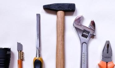 ¿Qué herramientas necesitas para instalar una trampilla?